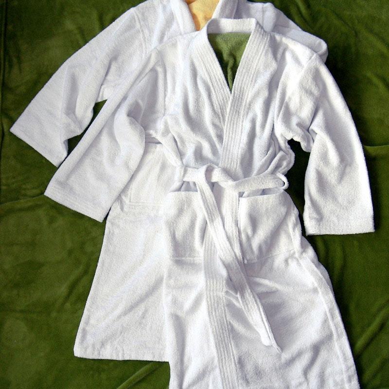 Bademantel FLORENZ mit Schalkragen oder Kimonostil weiß